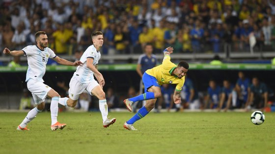 Gabriel Jesus apontou assim o golo inaugural do clássico onde o Brasil acertou duas vezes na baliza e a Argentina atirou duas vezes aos postes