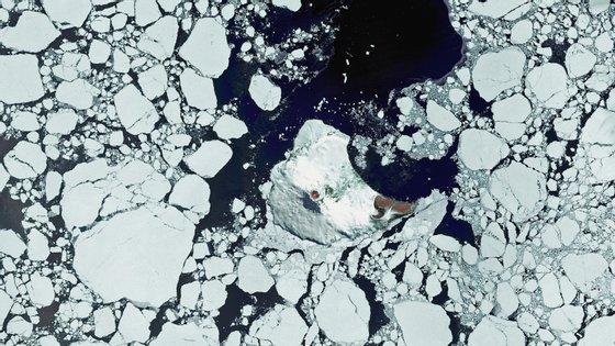 Imagem satélite do vulcão do Monte Michael, capturada pelos cientistas em 2015