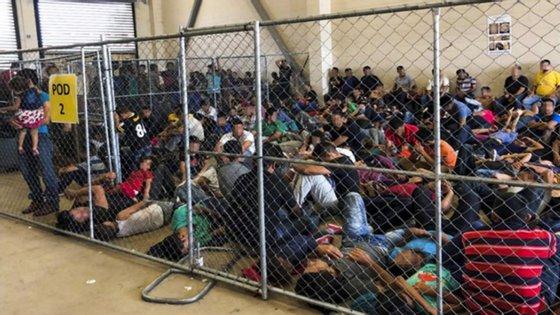 Migrantes ilegais mexicanos detidos em patrulha norte-americana na fronteira