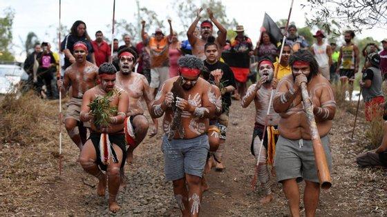 Grupo de aborígenes australianos em manifestação