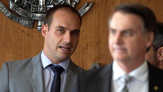 """Eduardo, o terceiro filho de Jair Bolsonaro, frisou que vai """"cumprir da melhor maneira"""" a missão que receber do """"Presidente"""""""
