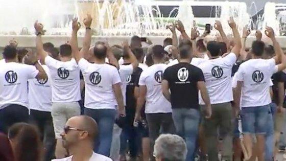 Os polícias saíram em silêncio e de forma ordeira, levantando os braços e fazendo o gesto do zero com os dedos