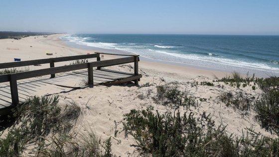 Em junho, o Governo anunciou a transferência, por dragagem, de três milhões de metros cúbicos de areia, de uma zona no mar a norte do molhe norte do porto da Figueira da Foz para combater a erosão das praias a sul e garantir a navegabilidade na barra do rio