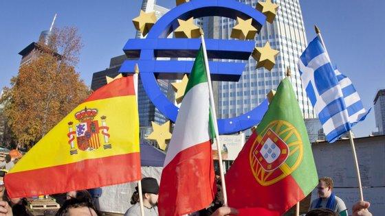 Na variação trimestral, 12 Estados-membros viram a sua dívida pública aumentar, 13 registaram recuos e em outros três manteve-se estável (Alemanha, Lituânia e Eslováquia)