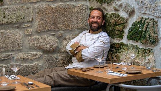 Aos 43 anos, o chef de Viana do Castelo aventura-se ao leme de um novo conceito que junta gastornomia e alojamento na Baixa do Porto
