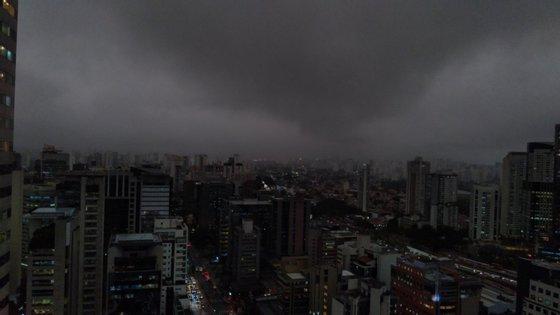 """O Inmet diz que São Paulo está """"dentro de uma nuvem"""", por causa do choque de temperatura entre as duas massas de ar"""