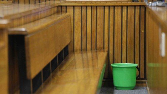 Esta imagem é de um tribunal na África do Sul, mas os juízes queixam-se que os tribunais das suas comarcas também têm de usar baldes para aparar as infiltrações da água das chuvas