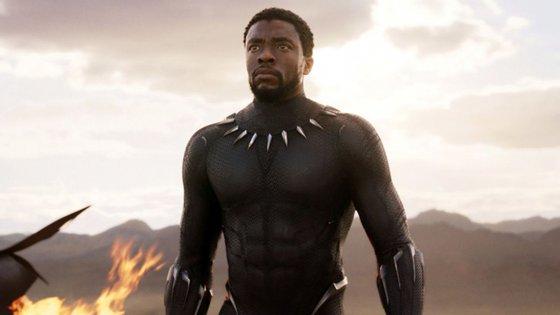 Chadwick Boseman é Black Panther no filme de 2018
