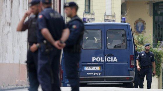 """Nas 26 buscas realizadas procedeu-se à apreensão de algumas armas, """"quantidade substancial"""" de drogas e 10 mil euros"""