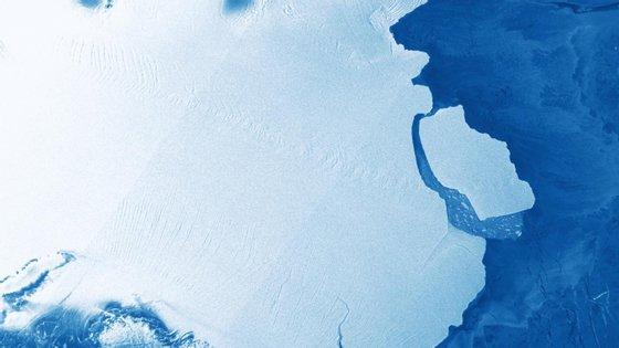 Imagem de satélite que capta a separação do icebergue D28 da plataforma da Antártica Amery