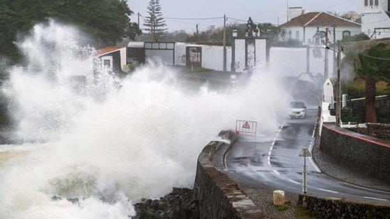 A passagem do furacão Lorenzopelos Açores provocou mais de 250 ocorrências e obrigou ao realojamento de 53 pessoas