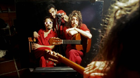 A banda é composta por Tim Bernardes, na guitarra e voz, Guilherme, no baixo, e Biel Basile, na bateria