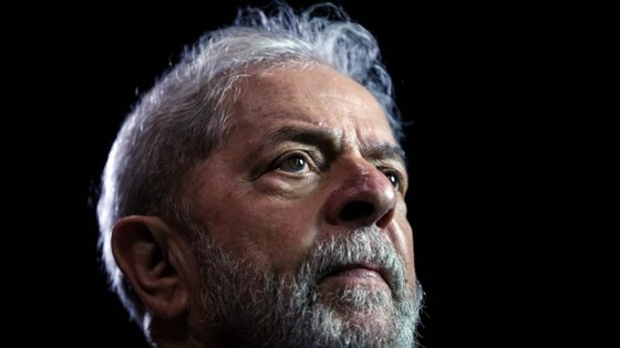 Lula da Silva, de 73 anos, governou o país entre 2003 e 2011 e cumpre pena de oito anos e dez meses de prisão por corrupção e branqueamento de capitais