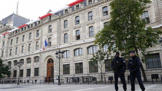 """O ataque ocorreu um dia depois de uma manifestação de cerca de 20 mil polícias em Paris, numa """"marcha da ira"""", mobilização inédita há 20 anos"""