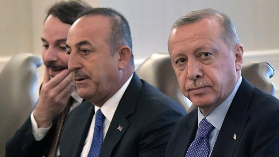 """Cavusoglu (à direita) informou que está a ser discutida a criação de uma """"zona segura"""" no nordeste da Síria"""