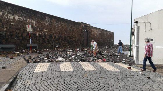 """A passagem do furacão """"Lorenzo"""" pelos Açores, na quarta-feira, provocou mais de 250 ocorrências e obrigou ao realojamento de 53 pessoas"""