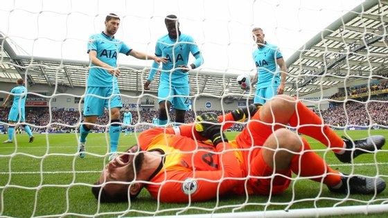 Hugo Lloris queixou-se de imediato na sequência da queda e os companheiros do Tottenham acorreram logo ao guarda-redes
