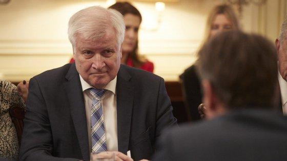 Seehofer, da conservadora União Social-Cristã, diz que pode surgir nova onda de migração como a de 2015