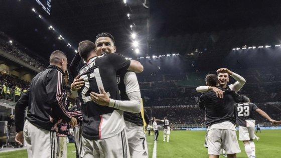 Juventus de Ronaldo fez a festa em Milão, quebrando a série de seis vitórias consecutivas do Inter a abrir a Serie A