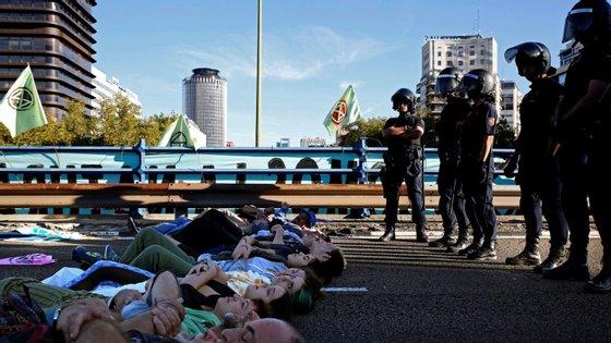 A onda de ações de protesto semelhantes chegou também a Berlim e Amsterdão, com os ativistas a cortarem ruas