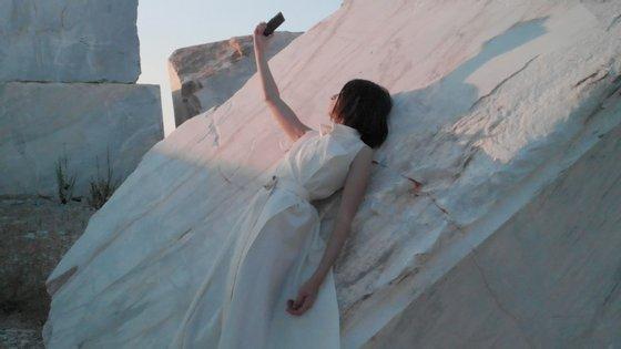 """""""Stoners"""", a coleção de moda inspirada no mármore é assinada pela criadora Mariama Emauz"""