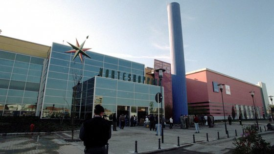 Enquanto dois homens mantinham o jovem preso, outros dois assaltantes foram até ao Norteshopping e fizeram compras e levantamentos, totalizando um gasto de 25 mil euros