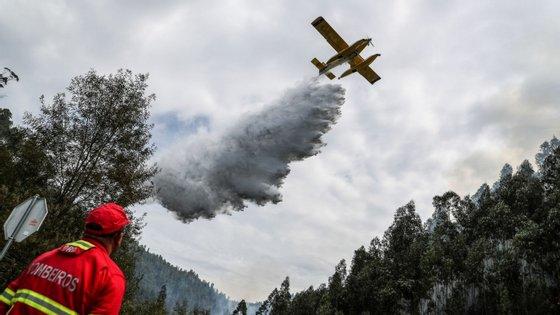 Um avião efetua uma descarga durante o combate ao incêndio na freguesia de Moinhos, Miranda do Corvo, a 14 de setembro de 2019