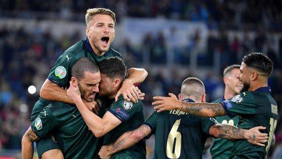 Jorginho (à direita) festeja o primeiro golo com os colegas, no encontro entre Itália e Grécia