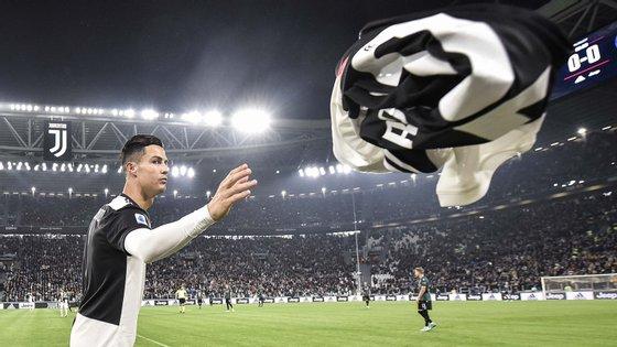 Ronaldo recebeu uma camisola com o número 700 depois do golo apontado pela Seleção Nacional frente à Ucrânia em Kiev