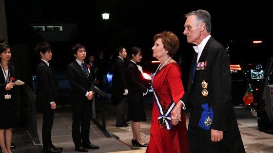 Cavaco Silva e Maria Cavaco Silva à chegada ao Banquete Imperial oferecido por Naruhito