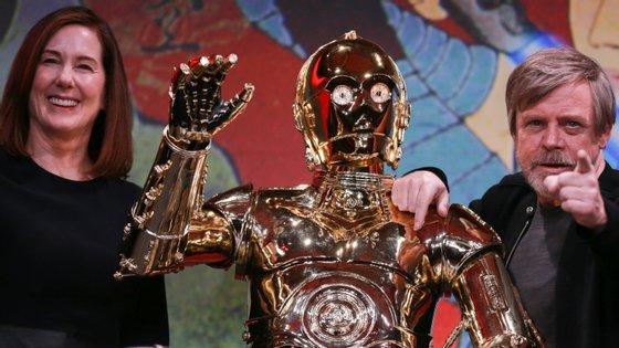 Kathleen Kennedy com Mark Hammil, o ator que faz de Luke Skywalker, e o andróide C-3PO