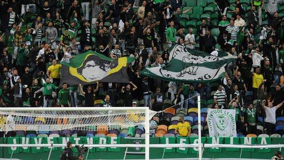 """Juventude Leonina fez uma """"tarja"""" de t-shirts, conseguiu ainda fazer entrar uma bandeira, apoiou a equipa e criticou Varandas no final"""