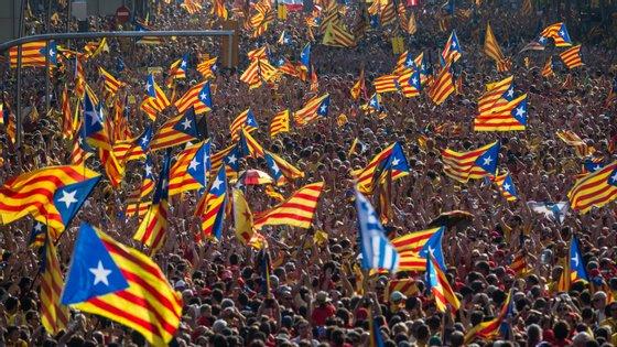 Independentistas e moderados manifestam-se em sítios distintos este sábado, unionistas saem às ruas este domingo