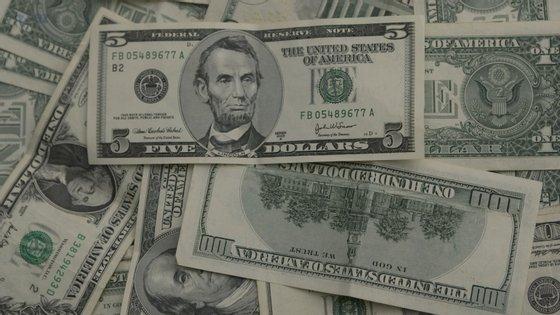 "Os analistas do BFA apontaram ainda que o dólar já está a ser transacionado no mercado paralelo a 610 kwanzas por cada dólar, o que significa que ""a diferença entre a taxa paralela e a oficial situa-se nos 26,2%"""