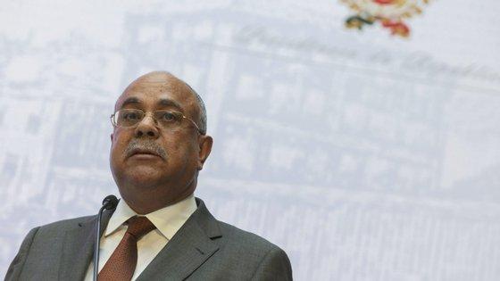 O seu sucessor, Nuno Caldas Albino, deputado do MPLA (partido no poder) é licenciado em gestão de empresas e presidente da 7ª comissão parlamentar