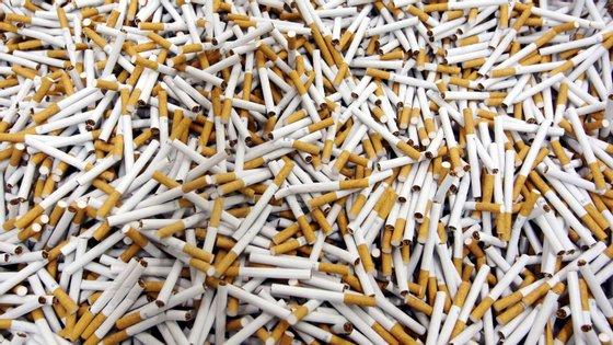 """Os assaltantes foram surpreendidos pela PSP, que assim conseguiu recuperar """"um total de 1.862 maços de tabaco no valor de 8.458,10 euros, e a quantia monetária total de 665 euros"""""""