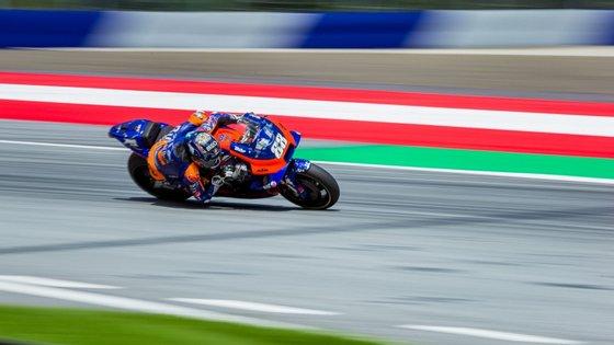 O piloto da KTM sofreu lesões nos tendões dos dois pulsos e piorou a lesão num tendão do ombro direito depois de uma queda na Austrália