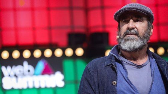 Eric Cantona é francês, brilhou sobretudo na Premier League, tornou-se ator e vive hoje em Lisboa, onde decorre a Web Summit
