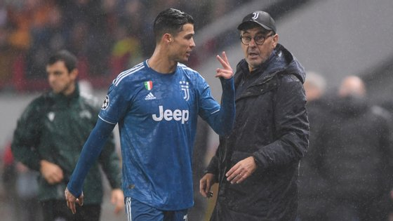 Ronaldo deixou algumas palavras a Maurizio Sarri na altura em que foi substituído por Dybala a oito minutos do final