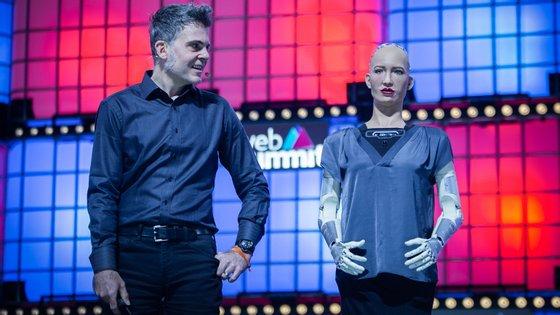 A robô Sophia tem vindo a todas as Web Summit