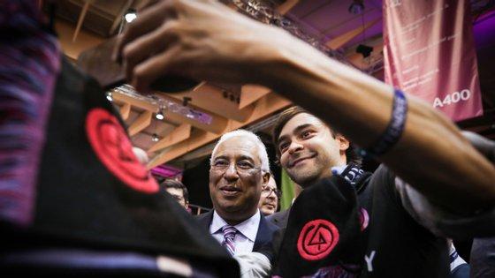 António Costa a tirar uma das muitas selfies que lhe pediram
