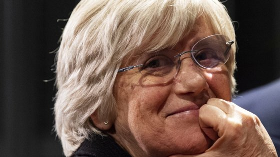 Clara Ponsatí, ex-membro do governo regional da Catalunha em 2017 é procurada pela Justiça espanhola no âmbito do processo independentista