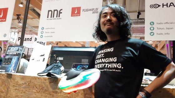 Um dos empreendedores japoneses levou à Web Summit uns ténis bluetooth com sensor de movimentos