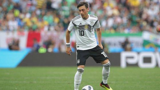 Özil estava acompanhado pela mulher e o companheiro de equipa Sead Kolasinac