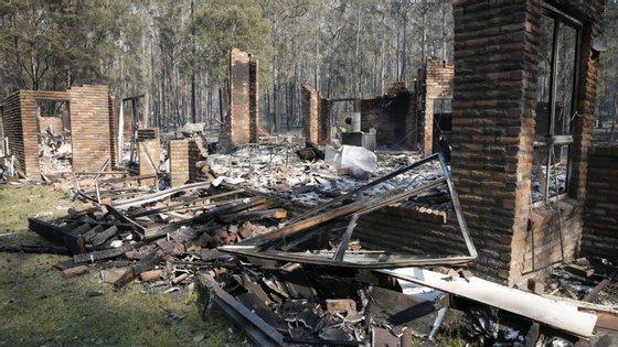Os ventos fortes que se fazem sentir na região estão a dificultar o combate aos incêndios