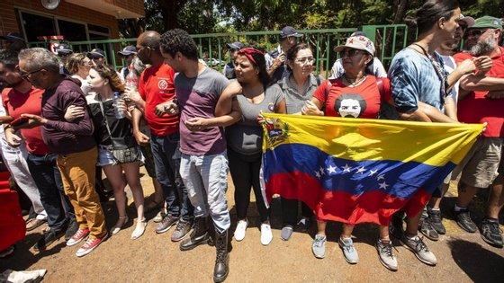 Ao início da manhã, um grupo de apoiantes de Juan Guaidó, chefe da Assembleia Nacional da Venezuela e autoproclamado Presidente daquele país, entrou na embaixada venezuelana em Brasília