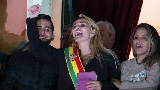 Jeanine Áñez felicita os apoiantes depois de se autoproclamar presidente interina da Bolívia