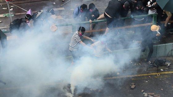 A polícia lançou gás lacrimogéneo sobre os manifestantes que tentaram sair da universidade
