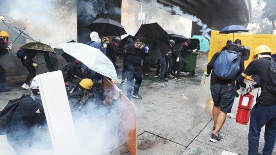 Cerca de 500 pessoas continuam barricadas na Universidade Politécnica de Hong Kong