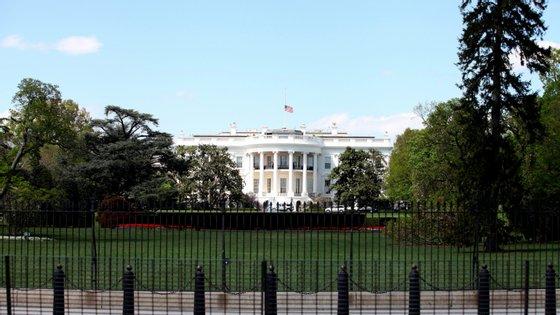 O carro suspeito seguiu outro que tentava entrar com autorização na Casa Branca